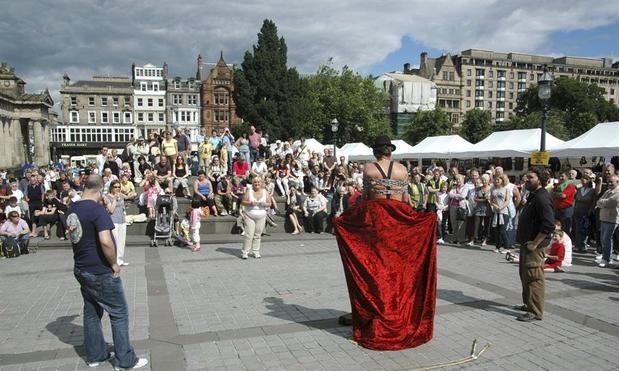 Un anónimo mago callejero durante una de sus actuaciones frente al Museo Nacional de Escocia, en el contexto del festival de teatro alternativo Fringe en Edimburgo.
