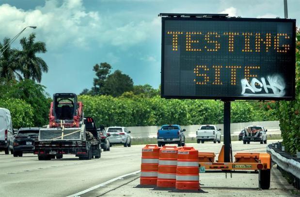 En la imagen, un letrero que indica la entrada al puesto de pruebas en el estacionamiento del estadio Super Bowl de Hard Rock Cafe Miami, donde los miembros de la Guardia Nacional del Ejército de Florida toman las muestras.