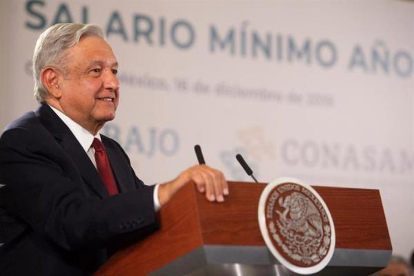 El Gobierno de México, empresarios y sindicatos acordaron este lunes aumentar un 20 % el salario mínimo general, que pasa de los 102,68 pesos diarios (5,43 dólares) a 123,22 pesos (6,51 dólares) y entrará en vigor a partir de enero del próximo año.