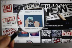 Fotoilustración de la pantalla de un ordenador con un aviso de noticias falsas, en Lima.