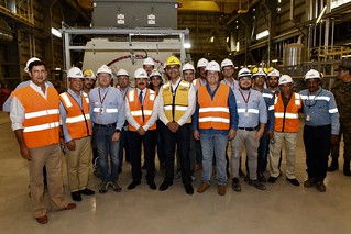 El presidente Danilo Medina con funcionarios de la Central Termoeléctrica Punta Catalina, donde dejó sincronizada la segunda unidad, en proceso de pruebas.