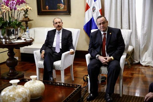 El presidente Danilo Medina acompañado de Alejandro Giammattei, presidente electo de la República de Guatemala (2020-2024), en el Salón Privado del Palacio Nacional.