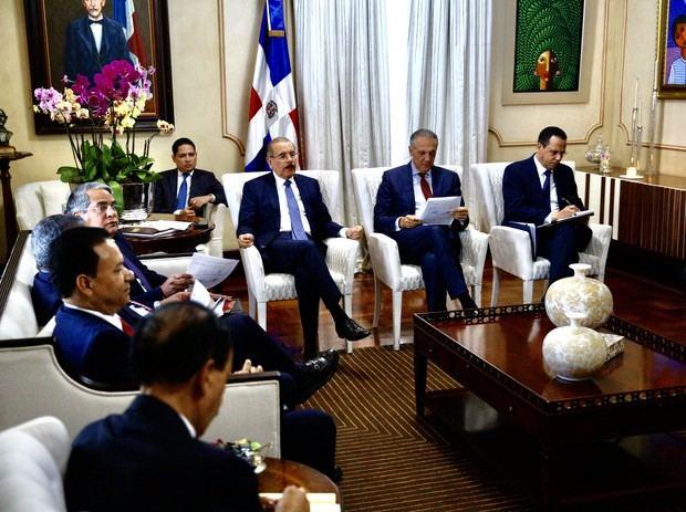 presidente Danilo Medina recibió en el Palacio Nacional informaciones relativas al programa de construcción de centros educativos.