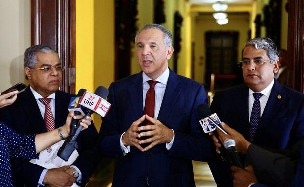 Declaraciones del ministro administrativo de la Presidencia, José Ramón Peralta, donde anunció para el próximo 5 de diciembre el inicio del pago del sueldo 13 a los servidores de instituciones centralizadas y descentralizadas del Estado. Palacio Nacional.