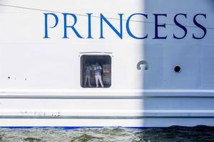 La hija de un pasajero del crucero Coral Princess, que atracó este sábado en el Puerto de Miami con enfermos de COVID-19, anunció este domingo que su padre había fallecido en un hospital de Miami al que fue trasladado después de ser evacuado del buque en el que ya habían muerto otras dos personas.