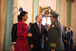 El teniente general Rubén Darío Paulino Sem; de Interior y Policía saluda a Danilo Medina y la primera dama.