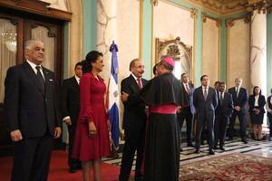 Monseñor Ramón Benito Ángeles junto a Danilo Medina y la primera dama.