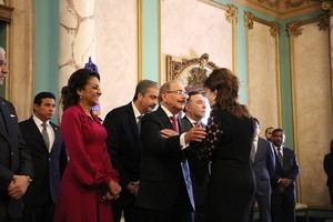 Embajadora de Estados Unidos en el país, Robin Bernstein  saluda a Danilo Medina y la primera dama.