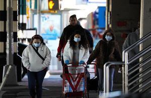 Tres mujeres usan mascarillas protectoras en el Bronx, Nueva York, EE. UU.
