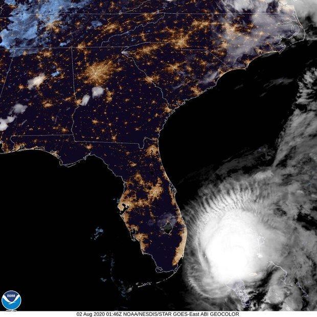 Isaías podría tocar tierra como huracán esta noche