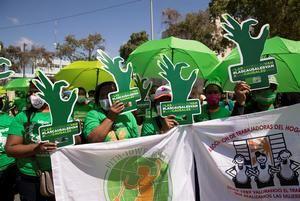 Mujeres participan en una manifestación para exigir la despenalización del aborto cuando la vida de la mujer corre peligro hoy, frente al Congreso Nacional en Santo Domingo, República Dominicana.