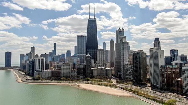 Una foto aérea hecha con un dron muestra el lago Michigan a lo largo de Lake Shore Drive en Chicago, Illinois, EE. UU.