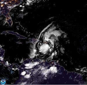 Isaías se acerca a la Española tras descargar su fuerza sobre Puerto Rico
