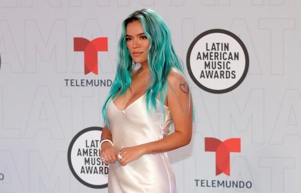Fotografía cedida este jueves por Telemundo en la que se registró a la cantante colombiana Karol G , durante la alfombra de la sexta entrega de los Latin American Music Awards (Latin AMAs), en el BB&T Center de Sunrise (Florida, EE.UU.). La artista ganó tres de los nueve premios a los que estaba nominada.