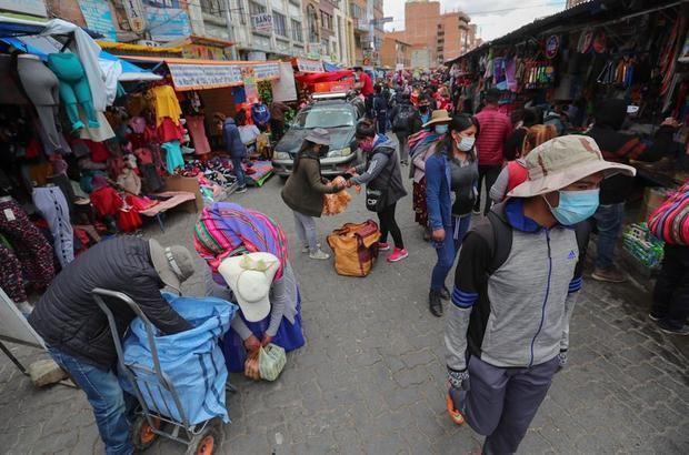 En Bolivia, el descenso de casos diarios de COVID-19 no cuadra con las muertes registradas al día, que se mantienen altas en proporción a los contagios reportados y que han llegado a sobrepasar el centenar.