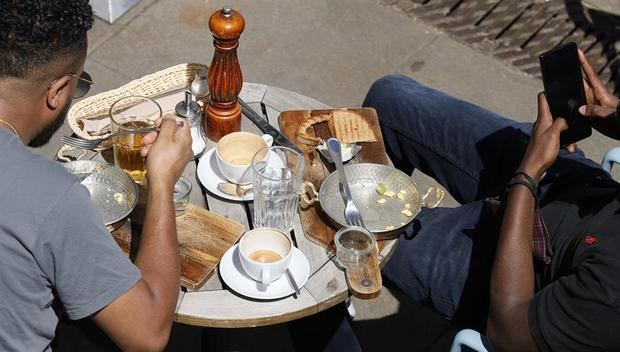 Un brote en un restaurante pone en duda la apertura de locales de gastronomía en Alemania
