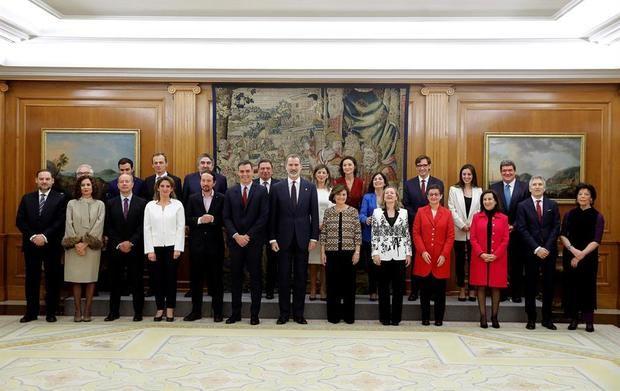 El rey Felipe VI, el presidente del Gobierno, Pedro Sánchez, y los vicepresidentes y ministros del Gobierno del Gobierno, posan para la foto de familia tras la jura o promesa ante el rey del acto de toma de posesión celebrado este lunes en el Palacio de la Zarzuela.
