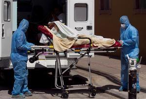 Paramédicos ingresan hoy a pacientes covid-19 al Hospital San Felipe, en Tegucigalpa, Honduras.