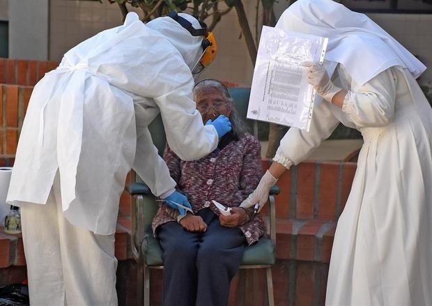 Personal de salud realiza pruebas para detectar casos de COVID-19 en el Hogar San José de la tercera edad, este viernes en Cochabamba, Bolivia.