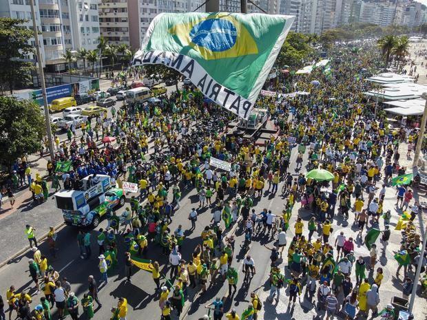 Fotografía tomada con un dron que muestra la masiva manifestación de simpatizantes del presidente de Brasil, Jair Bolsonaro, a favor del voto impreso y para demostrar su apoyo al mandatario, hoy, en Río de Janeiro, Brasil.