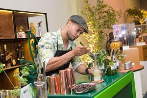 Carlos Mejía mientras preparaba sus cócteles.