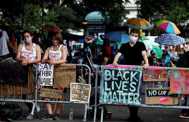 Personas acampan frente al Ayuntamiento de Nueva York, este 29 de junio de 2020.