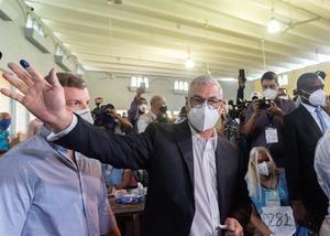 Gonzalo Castillo, candidato presidencial del oficialista Partido de la Liberación Dominicana (PLD), vota este domingo en las elecciones presidenciales y legislativas, en Santo Domingo (República Dominicana).