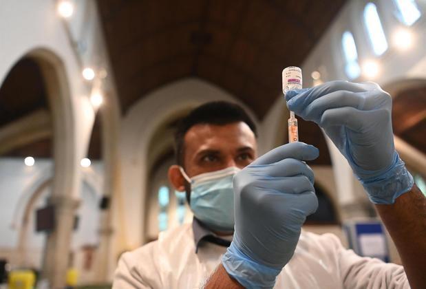 Intensifican las vacunaciones en áreas de Inglaterra con variante india.