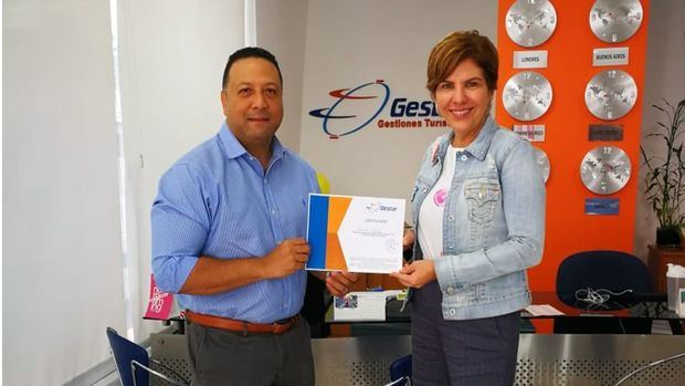 Theresa Sullivan, gerente general de Gestur entregó al señor Wilton Quiroz Escoto el certificado de Ferries del Caribe, por haber obtenido el 1er premio.