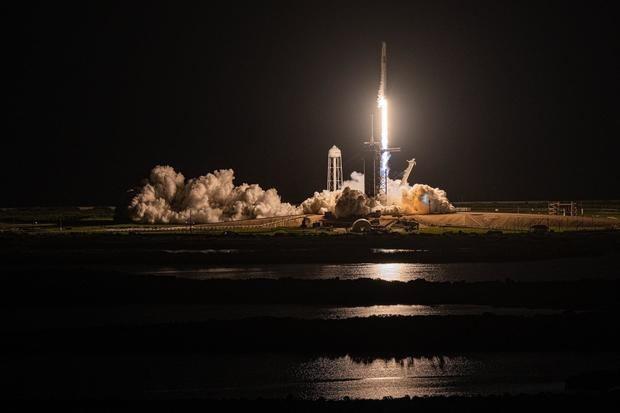 Fotografía cedida por Inspiration4 donde se muestra el cohete Falcon 9 que lleva la cápsula Dragón con cuatro tripulantes civiles mientras despega de la plataforma de lanzamiento 39A del Centro Espacial Kennedy, en Florida, EE.UU.