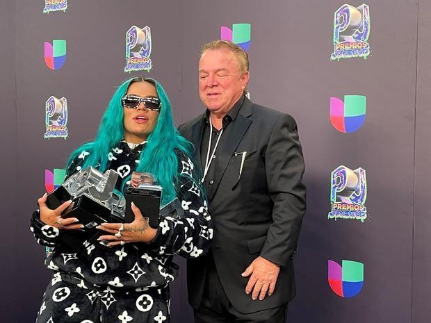La cantante colombiana Karol G posa con sus premios junto a su padre Guillermo Giraldo al final de la gala de entrega de los Premios Juventud en el Watsco Center, en Coral Gables, Florida, EE.UU.