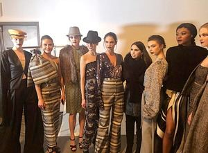 Ruth con sus modelos en el back stage.