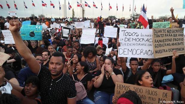Un centenar de jóvenes se reúnen en asamblea y protestan frente a la JCE