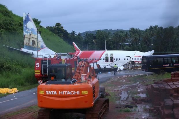 Aumentan a 18 los muertos en accidente de avión de repatriación en la India