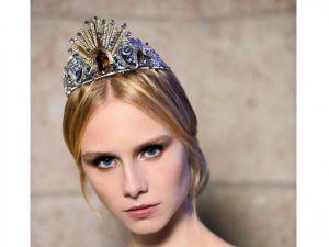 La Ópera de Viena, de la diadema de la cristalera austríaca Swarovski, que la diseñadora de moda italiana Donatella Versace ha creado para las debutantes, las jóvenes que abran el 28 de febrero próximo el tradicional Baile de la Ópera de Viena.
