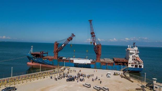 Dos turbinas de gas de 60 MW de General Electric destinadas a la central eléctrica en construcción de Carrefour, son descargadas hoy en Puerto Príncipe, Haití.