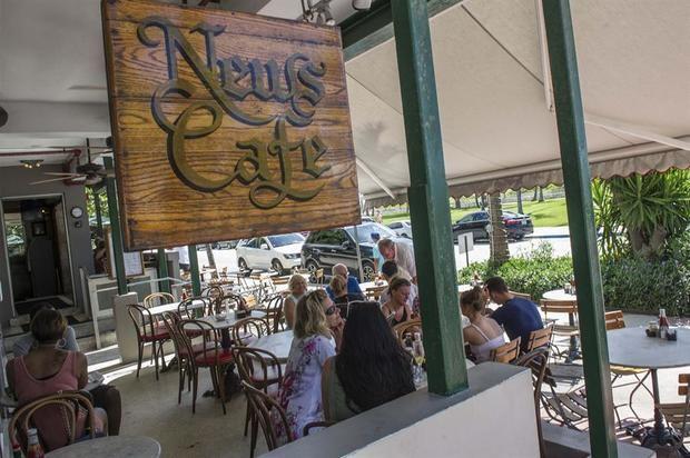 Fotografía tomada en julio de 2017 en la que se registró una toma general del 'News Cafe', ubicado en la turística avenida de Ocean Drive, en Miami Beach, Florida, EE.UU.