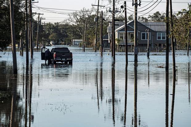 Claudette tocó tierra en la costa norte del Golfo del México a primeras horas del sábado poco después de alcanzar la categoría de tormenta tropical y lo hizo con vientos de 45 millas por hora (75 kilómetros por hora)