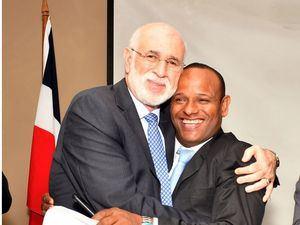 Antonio Acosta, secretario general saliente, y Gilberto García, entrante, se confunden en un efusivo abrazo luego del acto.