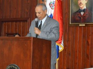 El embajador dominicano en El Salvador, Fernando Pérez Memén, durante su disertación.