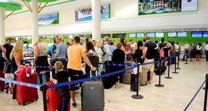 Turistas en aeropuerto  Internacional Las Américas.