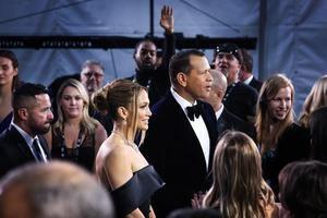 Fotografía tomada el pasado 20 de enero en la que se registró a la actriz y cantante estadounidense de origen puertorriqueño Jennifer Lopez (c-i), junto a su pareja, el exbeisbolista Alex Rodríguez (c-d), en Los Ángeles, California, EE.UU.