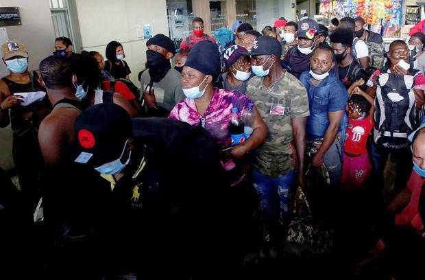 Centenares de haitianos parten hacia el norte de Colombia en una ruta humanitaria