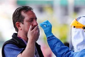 Personal de la secretaria de Salud del Municipio de Quito toma muestras para el test de diagnóstico para coronavirus al personal sanitario.