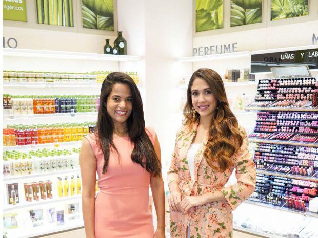 Marlen Mejía y Nahiony Reyes en Carrefour.
