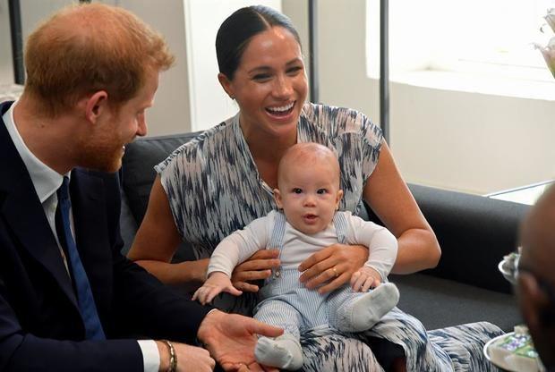 Fotografía tomada el pasado 25 de septiembre en la que se registró a los duques de Sussex, el príncipe Enrique (i) y Meghan Markle y a su hijo, Archie, en Cape Town, Sudáfrica.