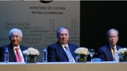 Integrantes de la mesa de honor para entregar premio, encabezada por el ministro de Cultura, Eduardo Selman.