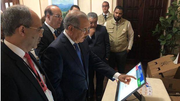 El presidente Danilo recibe explicaciones sobre voto automatizado.