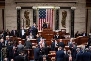 La presidenta demócrata de la Cámara de los Estados Unidos, Nancy Pelosi (C), preside los votos para acusar oficialmente al presidente de los Estados Unidos, Donald J. Trump, sobre dos artículos, abuso de poder y obstrucción del Congreso, en el piso de la Cámara de Representantes en el Capitolio de los Estados Unidos en Washington, DC.