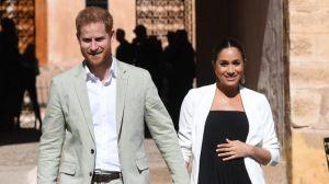 El príncipe Enrique (i) de Inglaterra y su esposa, Meghan, duquesa de Sussex, el pasado lunes en los jardines andalusíes de Rabat (Marruecos).